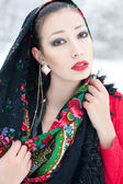 Winter mädchen in rote strickjacke mit russischen halstuch und luxus-fas — Stockfoto