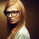 Retrato de una joven hermosa pelirroja con moda los anteojos — Foto de Stock