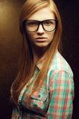 Porträtt av en ung vacker rödhårig bär trendiga glasögon — Stockfoto