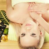 Podmiot otrzymujący piękna młoda kobieta masaż w salonie spa. p — Zdjęcie stockowe