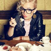 Ritratto di una ragazza bionda divertente hipster con grande acconciatura in tre — Foto Stock
