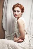 美丽女王像女孩在卧室里的古董画像。retr — 图库照片