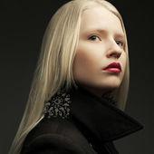 Porträt einer schönen modische modell mit natürlichen blond hai — Stockfoto