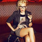Nádherná mladá hvězda s koktejl narušených paparazzi v — Stock fotografie