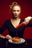 Ohälsosam mat. skräpmat koncept. porträtt av fashionabla du — Stockfoto