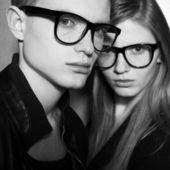 Familjeporträtt av vackra blonda mode tvillingar i svarta kläder — Stockfoto