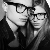 Family portrait of gorgeous blond fashion twins in black clothes — ストック写真