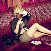 Retrato de una hermosa superestrella con cóctel escondiéndose de papar — Foto de Stock