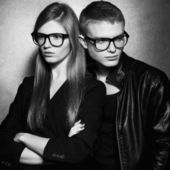 Portrait of gorgeous fashion twins in black clothes wearing tren — Foto Stock