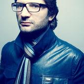 концепция очки. портрет модный красивый зрелый человек я — Стоковое фото
