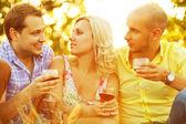 летние выходные концепция. портрет счастливой группы друзей в tr — Стоковое фото