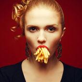 不健康な食事。ジャンク フードのコンセプトです。fashionabl の芸術家気取りの肖像画 — ストック写真