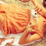 Летний пикник концепция. Портрет счастливой молодая женщина, лежа на — Стоковое фото