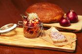 Mason pot met stukken van groenten (wortel, ui, kappertjes, rood — Stockfoto