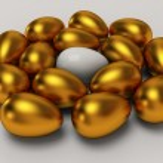 ovo branco exclusivo entre os ovos de ouro — Fotografia Stock  #38985731