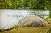Göl kenarında balık tutma — Stok fotoğraf