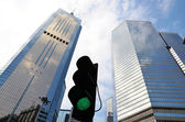 Budynek biurowy i sygnalizacji świetlnej — Zdjęcie stockowe