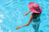 Figlarny kobieta w basenie — Zdjęcie stockowe