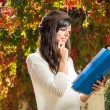 Student thinking and reading on autumn — Stock Photo