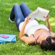Student reading outdoor — Stock Photo