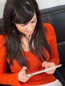 Женщина чтения и использования планшетов — Стоковое фото