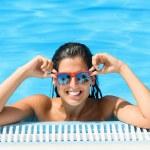 glückliche Frau Pool im tropischen Resort Sommer genießen — Stockfoto