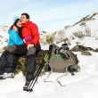 Happy couple winter hiking — 图库照片