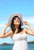 Šťastná žena na dovolenou u moře — Stock fotografie