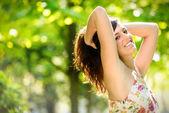 Femme heureuse joyeuse sur parc de printemps — Photo