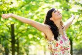 快乐的女人活力春天公园 — 图库照片