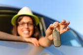 女人拿车钥匙 — 图库照片