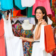 Woman shopping in street summer market — Stockfoto