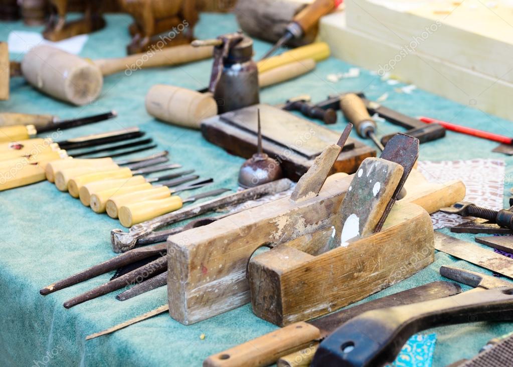 老木匠木工工作台与传统工艺的工具