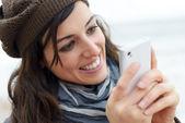 Žena psaní sms na smartphone — Stock fotografie