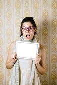 überrascht frau ergebnis touchpad bildschirm — Stockfoto