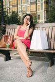 Kobieta na telefon po zakupy — Zdjęcie stockowe