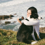 Woman hugging dog on vacation travel — Stock Photo #48870565