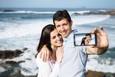 Couple on travel taking smartphone selfie photo — ストック写真