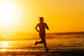 Epic runner training on summer sunset — Stock Photo