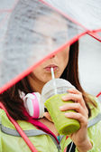 Sporty woman drinking detox healthy smoothie — Stock Photo