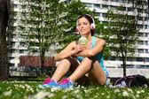 Fitness vrouw drinken detox smoothie na training — Stockfoto
