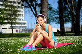 Fitness woman drinking detox smoothie — Stock fotografie