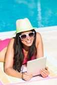 Womanwith tablet reading on summer vacation — Stock Photo