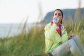 Avslappnad fitness kvinna dricksvatten på träning resten — Stockfoto