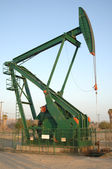 εξέδρα άντλησης πετρελαίου αντλία στο φως της ημέρας — Φωτογραφία Αρχείου