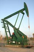 Plate-forme de forage pétrolier pompe en plein jour — Photo