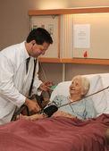 Doctor Taking Senior's Blood Pressure — Foto Stock