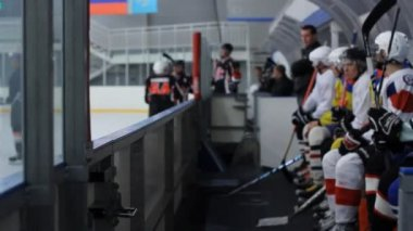 Hockey player jumps over the banking board — Vídeo Stock
