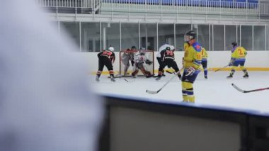View the match behind his back the hockey player on the bench — Stock Video