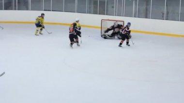 Hokejisté v žluté podobě útoku brány — Stock video